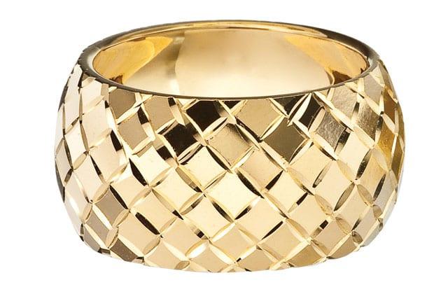 בצילום: טבעת זהב אדום וזהב צהוב. טבעות אירוסין, טבעות נישואין. רויאלטי (ROYALTY). מחיר: החל מ-199שקל לגרם זהב. צילום: יח״צ - 1