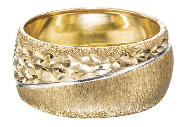 בצילום: טבעת זהב אדום וזהב צהוב. טבעות אירוסין, טבעות נישואין. רויאלטי (ROYALTY). מחיר: החל מ-199שקל לגרם זהב. צילום: יח״צ - 2