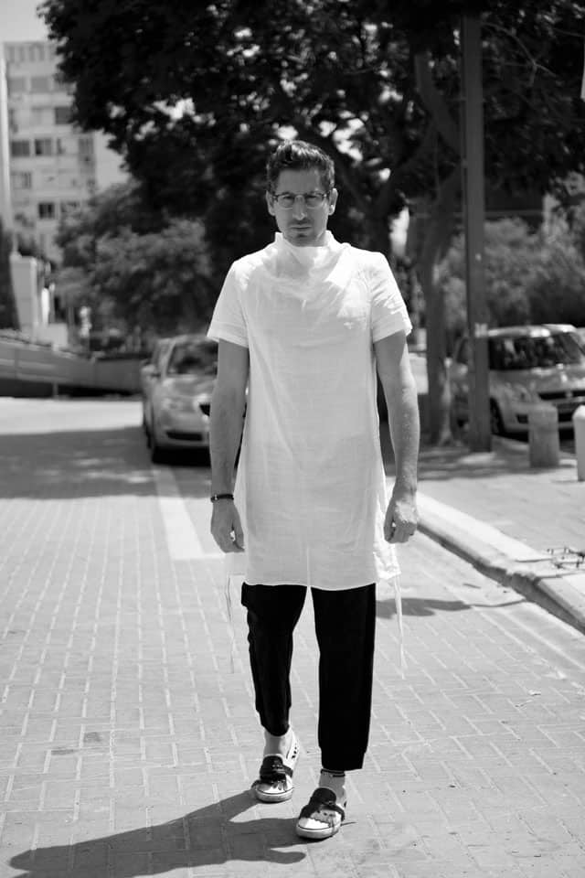 טוניקה לבנה, מכנסיים וצמיד: ARKETA, נעליים: אוסף פרטי, איטליה, צמיד עור לרגל: סילביה פריצקר