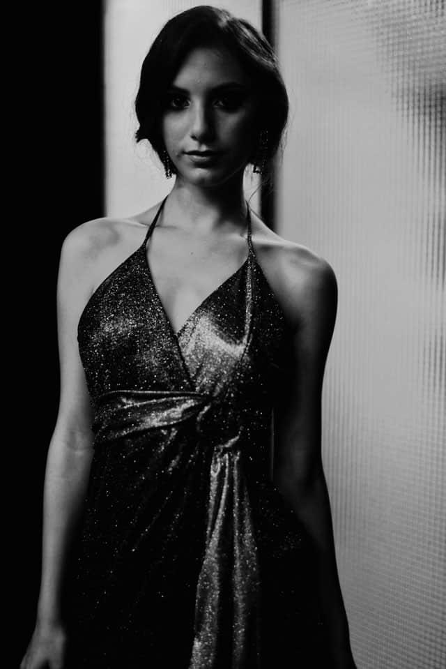 הלילה הוא פאם פאטאל. עיצוב אופנה: נזי שקורי, דוגמנית: מאי בן שוע, צילום: אריאל נחמן קנת