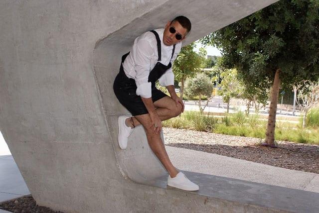 בצילום: הסטייליסט שחר רבן. חולצה: John varvatos, אוברול ונעליים: ZARA, משקפיים: אופטיקה פולק