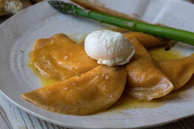 מתכון לשבועות: רביולי תירס עם ביצה עלומה, אספרגוס ורוטב חמאה ביין לבן, efifo, אתר אופנה - 5