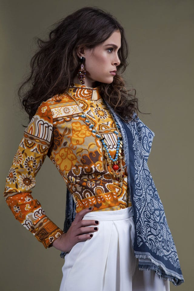חולצה: רק שניה, מכנסיים: אורטל יחזקאל, צעיף: H&M, תכשיטים: העולם המופלא של גיא גיל