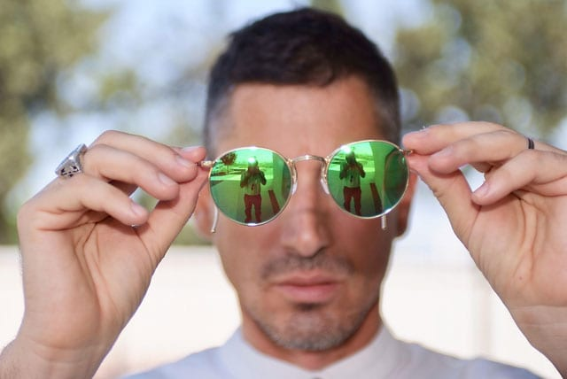 בצילום: הסטייליסט שחר רבן. חולצה: ARKETA, משקפיים: אופטיקה פולק, טבעת: JACOB AMAR DESIGN