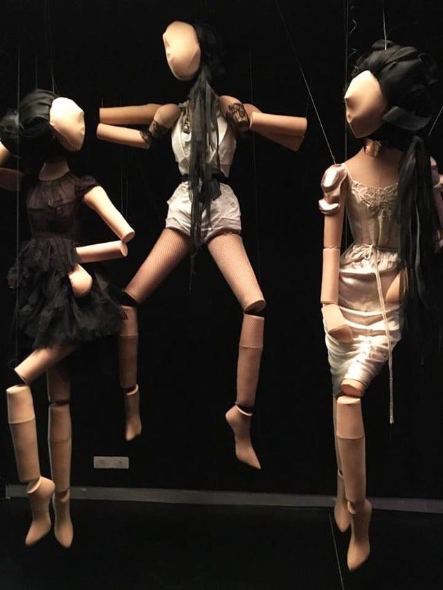 בצילום: מתוך תערוכת ז'ה טם רונית אלקבץ. מוזיאון העיצוב חולון. צילום: אפי אליסי - 5
