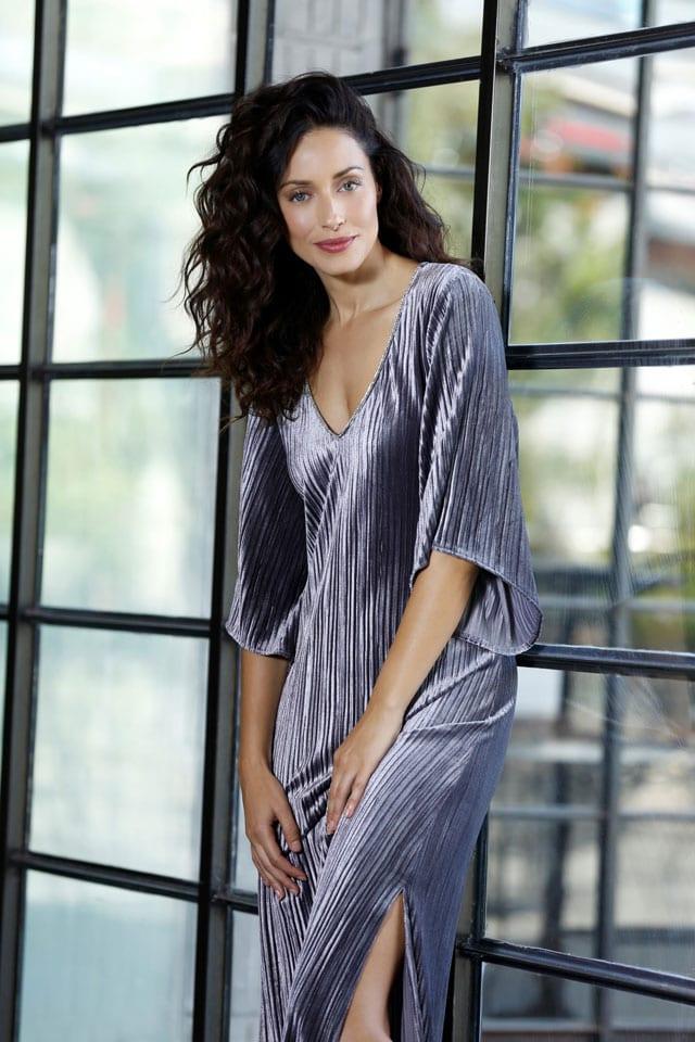 רשת האופנה דיסקרט שמלה כסופה מחיר 322 שח צילום יריב פיין וגיא כושי