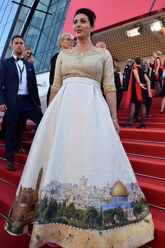 בצילום: מירי רגב, שרת התרבות והספורט בשמלת ירושלים של זהב שלבשה בפסטיבל קאן 2017 (עיצוב: אריק אביעד הרמן). שמלה שעוררה שיח חוצה יבשות. צילום: אלי סבתי
