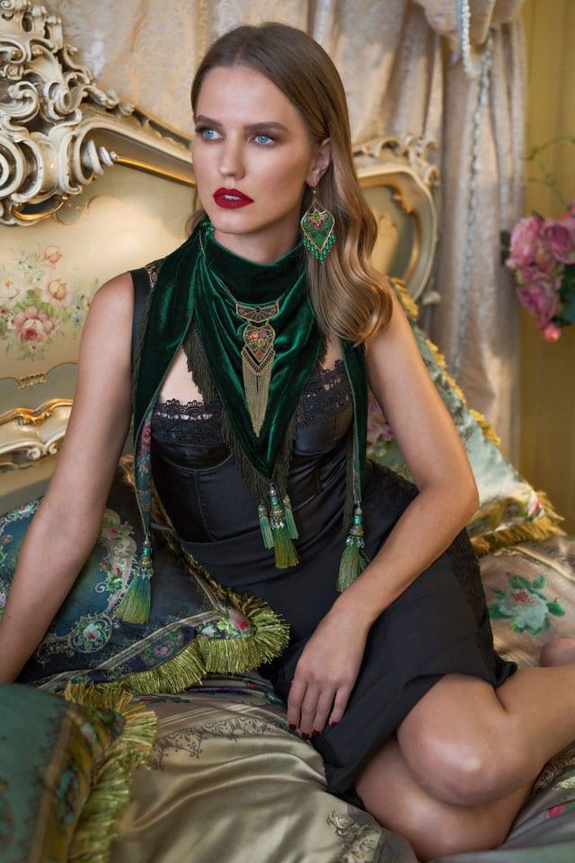 מגזין אופנה. מיכל נגרין שרשרת 336 במקום 449 שקל. עגילים 273 במקום 365 שקל. צילום: אלכס ליפקין