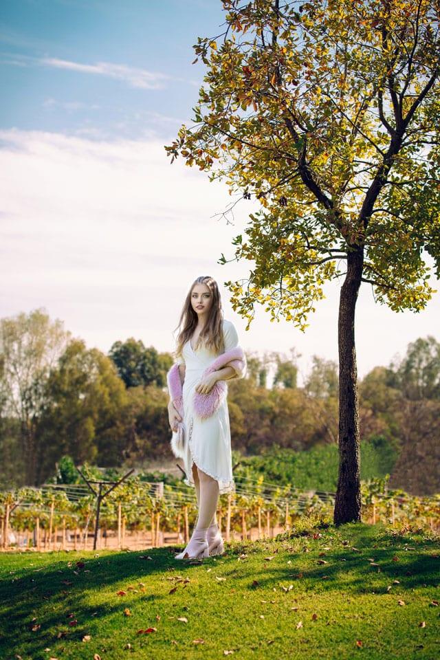 בצילום: שמלה: טופשופ, צעיף: סטרדיווריוס, מגפונים: ברשקה