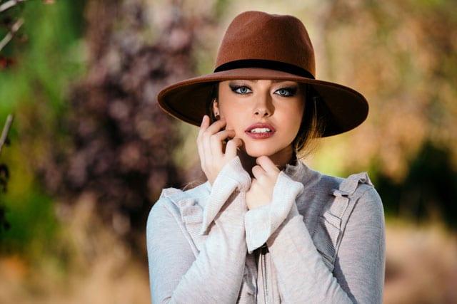 בצילום: כובע: סטרדיוריוס, סריג: מנגו