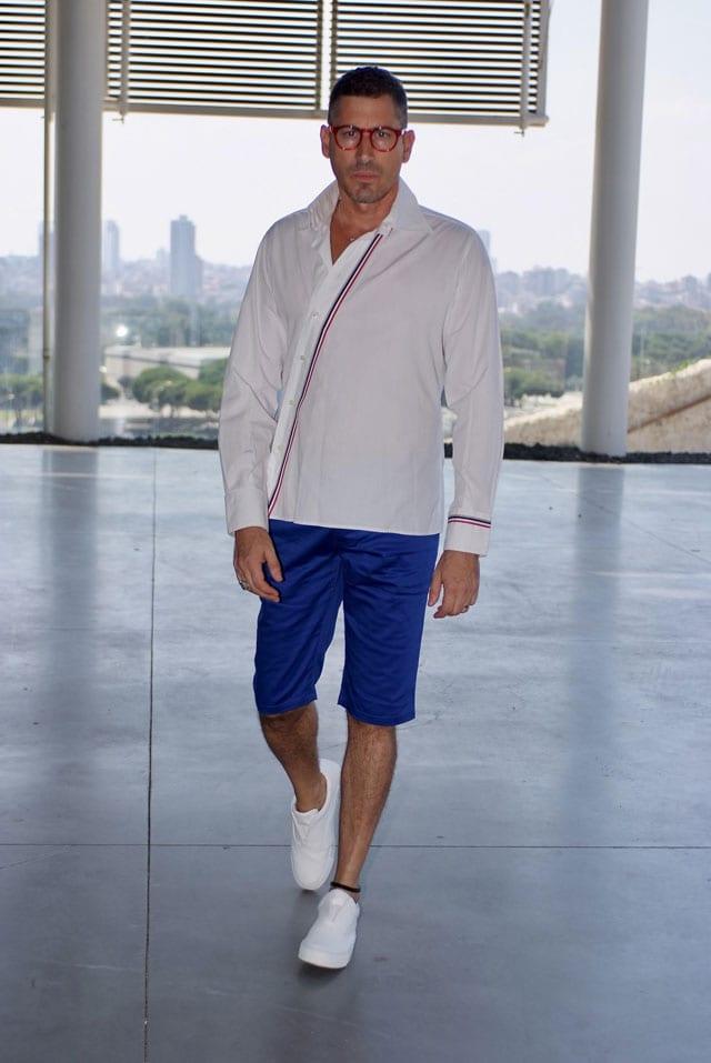 בצילום: הסטייליסט שחר רבן. חולצה: Izak Men's Wear, ברמודה: אוסף פרטי, נעליים: ZARA, צמיד עור לרגל: סילביה פריצקר, משקפיים: אופטיקה פולק
