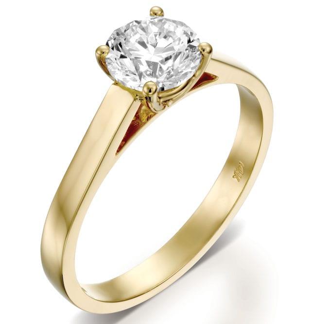 בצילום: טבעת נישואין זהב צהוב ויהלום. טבעות אירוסין, טבעות נישואין. רויאלטי (ROYALTY). מחיר: החל מ-4259 שקל. צילום: יח״צ