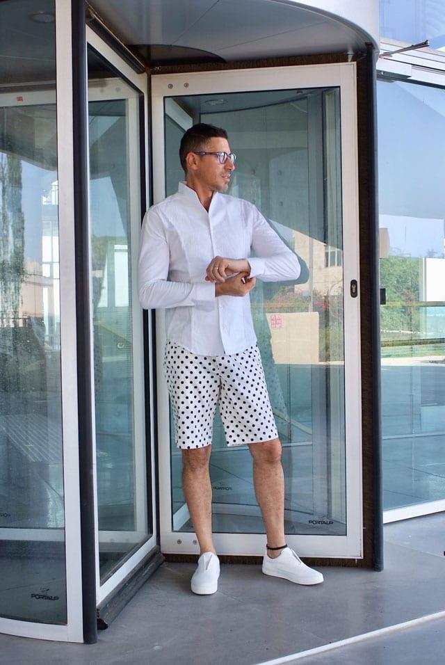 בצילום: הסטייליסט שחר רבן. חולצה: NARACAMICIE ITALY, ברמודה: RUSSIANROULETTE, נעליים: ZARA, משקפיים: אופטיקה פולק