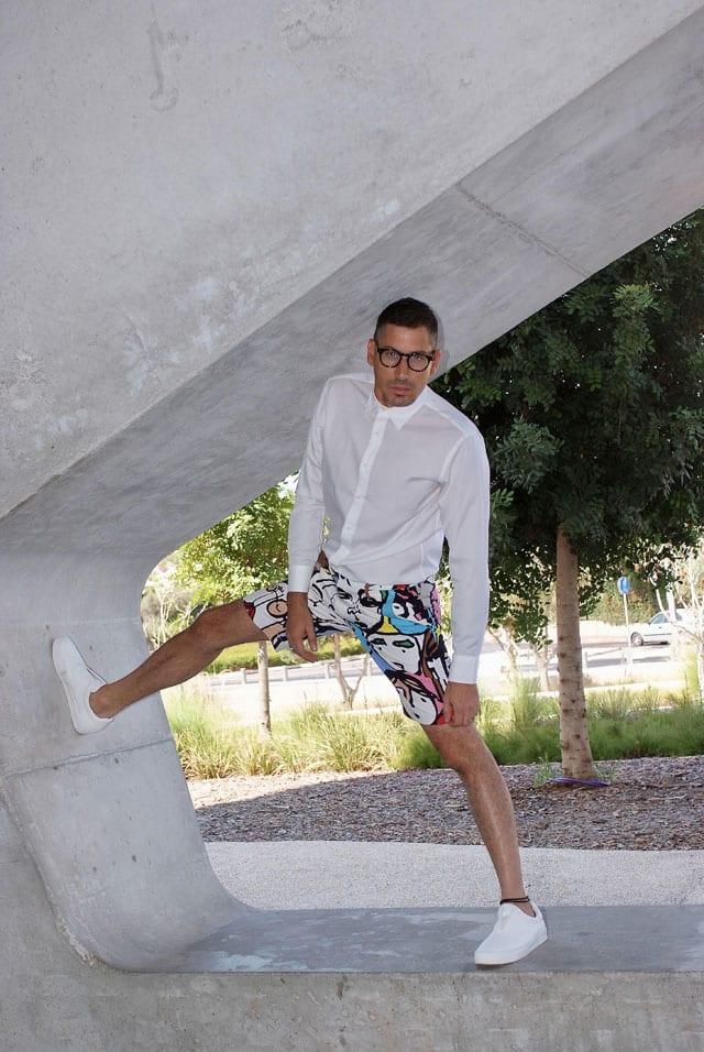 בצילום: הסטייליסט שחר רבן. חולצה: UNI QLO, ברמודה: RUSSIANROULETTE, נעליים: ZARA, משקפיים: אופטיקה פולק