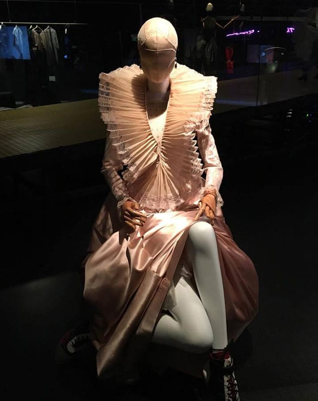 בצילום: מתוך תערוכת ז'ה טם רונית אלקבץ. מוזיאון העיצוב חולון. צילום: אפי אליסי -