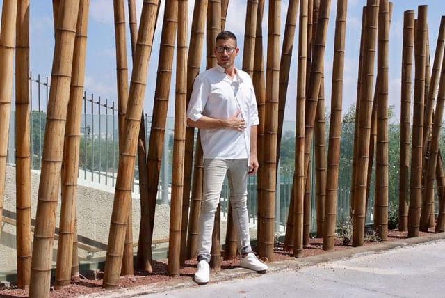 בצילום: הסטייליסט שחר רבן. חולצה: SOLO CHROME, מכנסי ג'ינס: STORY, נעליים: ZARA, משקפיים: אופטיקה פולק