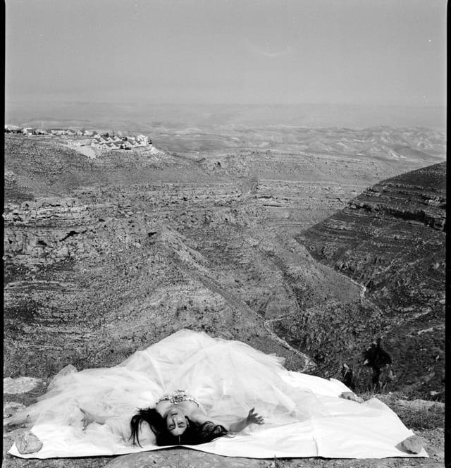 רונית אלקבץ כציון בסרטו של ז׳וזף דדון, 2006 שמלת קוטור: כריסטיאן לקרואה. קרדיט אמן: יוסף ז׳וזף דדון