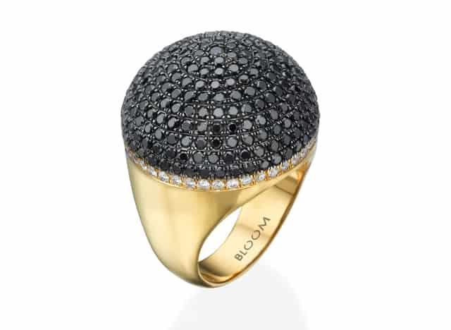 טבעת זהב ואבנים שחורות של BLOOM. צילום יחצ, נטע ברזילי טבעת, מגזין אופנה, מגזין אופנה ישראלי, אופנה, מגזין אופנה, מגזין אופנה ישראלי, Fashion, Netta Rinng, Efifo