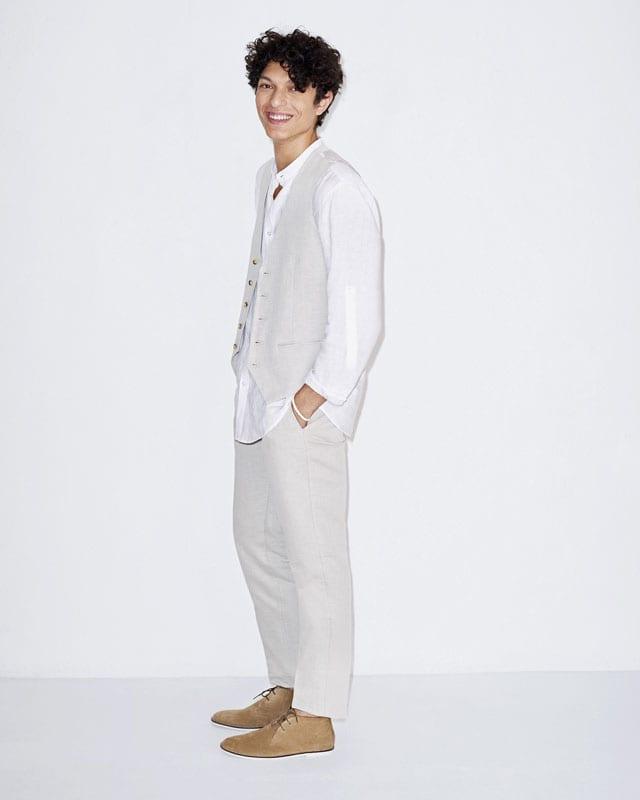 חליפה לגבר, חליפת חתן, חליפה לגבר, חליפה לנשף לגברים, פפיון לנשף פרום, חליפה לגבר בצבע בז של סליו, וסט לגבר, חולצה לבנה מכופתרת לגברים, CELIO, efifo, אתר אופנה, צילום: יח״צ