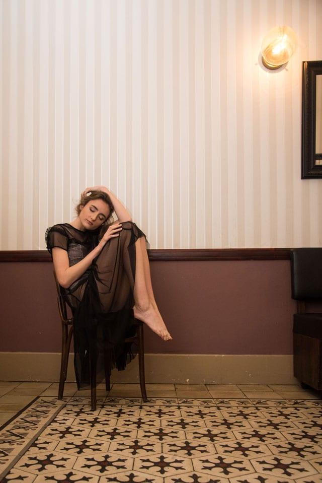 efifo, אתר אופנה, צילום והפקה: הילה כדי, איפור: אילונה סאבו, דוגמנית: אנה ל-אלינור שחר, אופנת נשים: פטיט פואיס, שירן דריקס, שמלת תחרה שחורה - 5