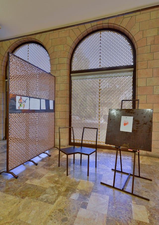 יצירת אמות מתוך התערוכה: מיקום חדש: חפצים ישנים   יצירות חדשות. המוזיאון לתרבות האיסלם, אוצר התערוכה: אלון רזגור