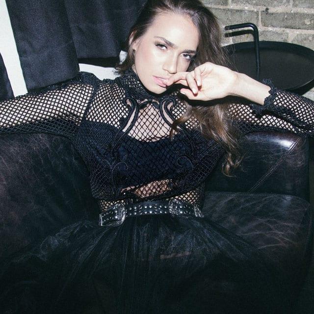 בצילום: חצאית וחולצה: רות אטלייה, חגורה: אוסף פרטי