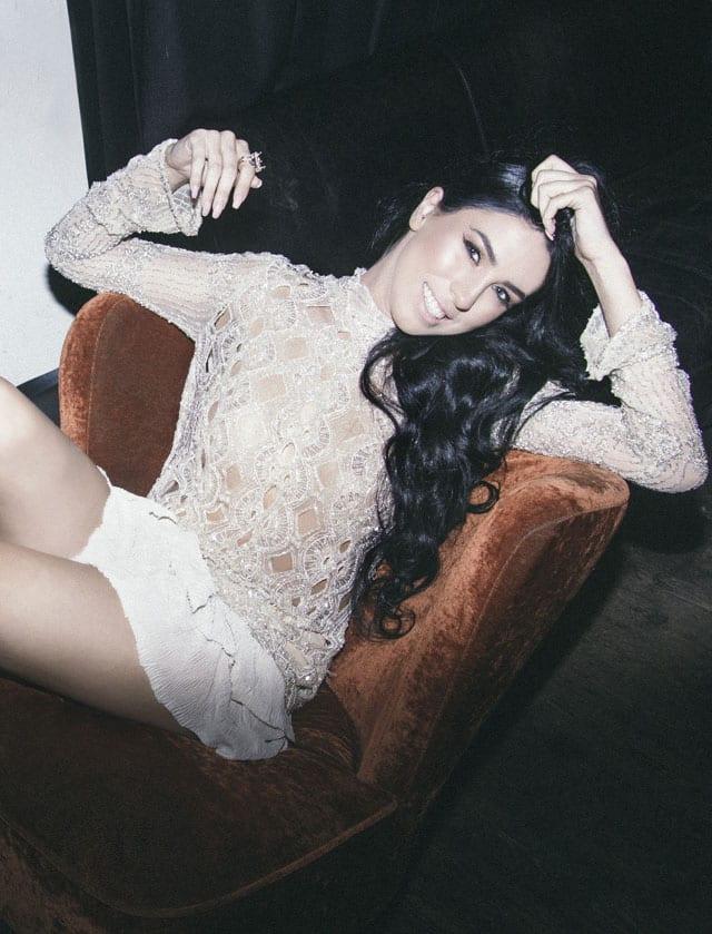 בצילום: שמלה: רות אטלייה, נעלים: קסטרו