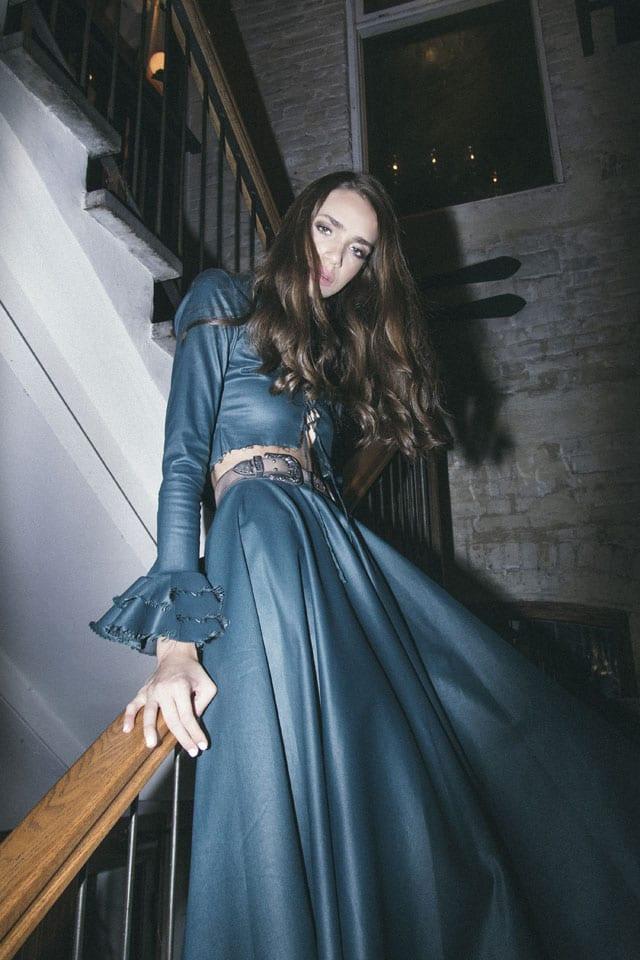 בצילום: חולצה וחצאית: רות אטלייה, חגורה: אוסף פרטי