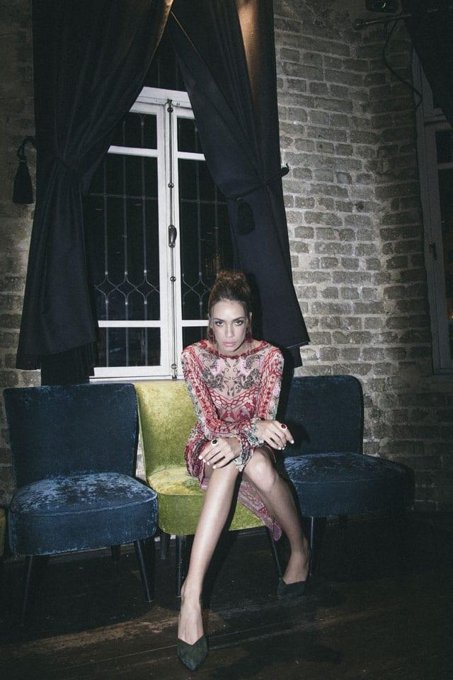 בצילום: שמלה: רות אטלייה, עגילים: זארה, נעליים: קסטרו, טבעות: אוסף פרטי
