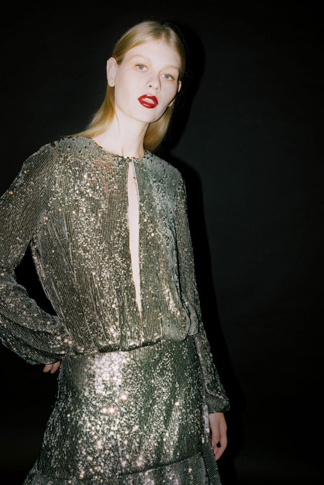 בתמונה: סופיה מצ׳טנר בשמלת זהב של פקטורי54. צילום: סיימון אלמלם