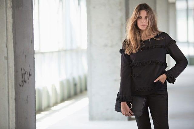 מגזין אופנה. ONOT חורף 2017. סוויטשירט: 229.90 שקל, מכנסיים: 259.90 שקל. (קיים בצבעים, שחור, כחול רויאל). צילום: שי יחזקאל