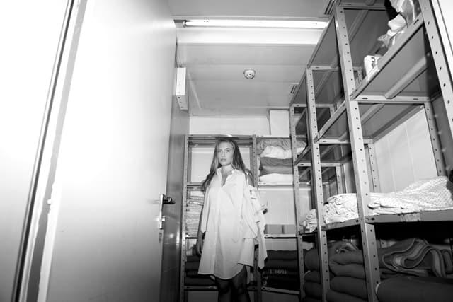 בצילום: ״אברבנאל״. חדר הכביסה. עיצוב אופנה: ORR - ראובן כהן ומזל חסון לרונן חן