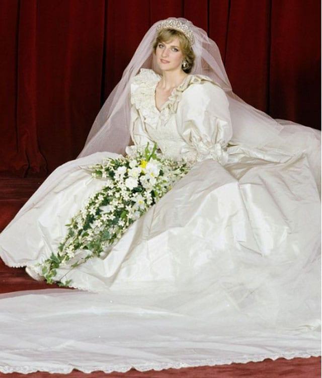 בצילום: שמלת כלה של דיאנה. צילום: פינטרס