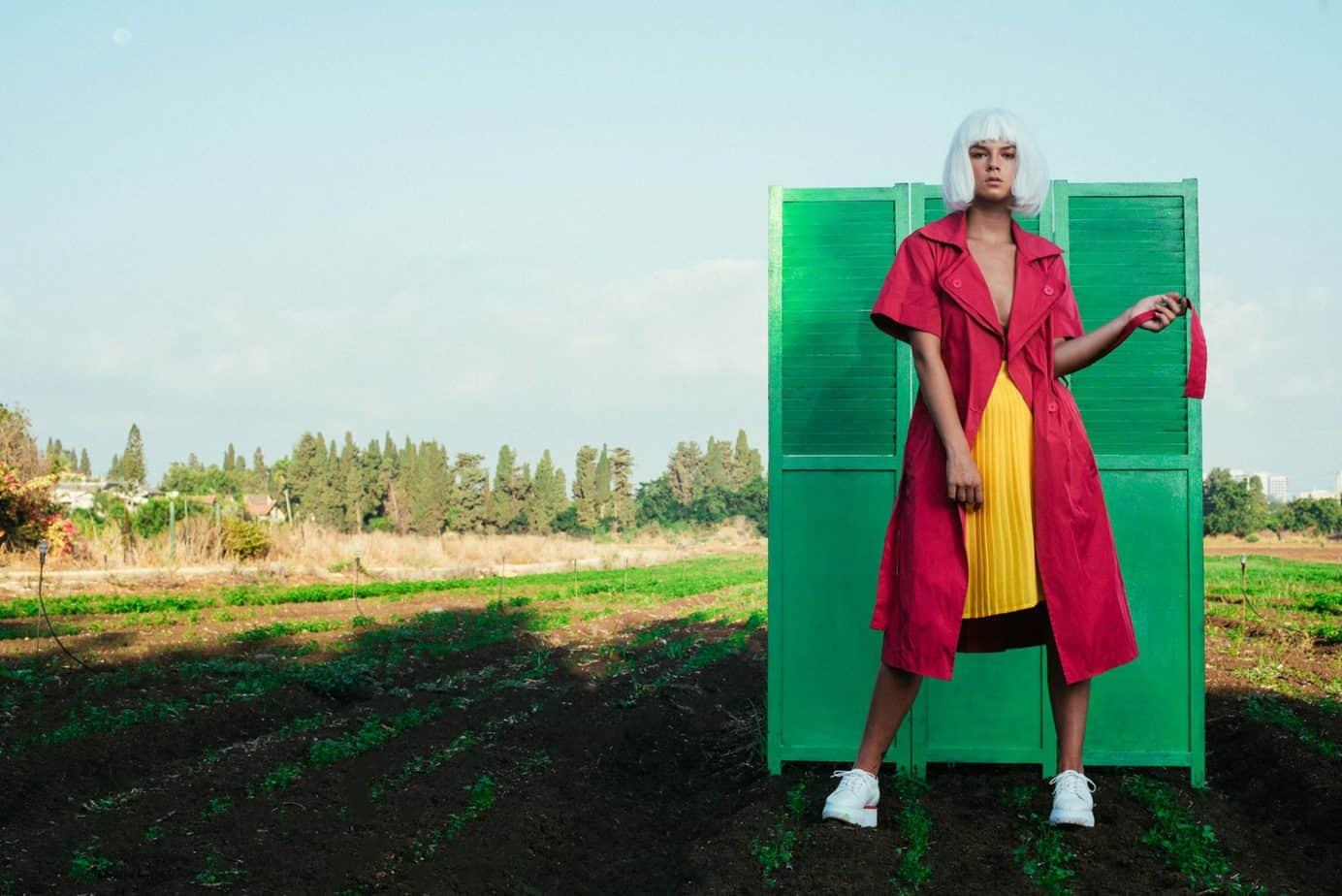 מעיל גשם ורוד - divine garage, חצאית צהובה: קונפטי חנות וינטג', נעלים:guardiani sport