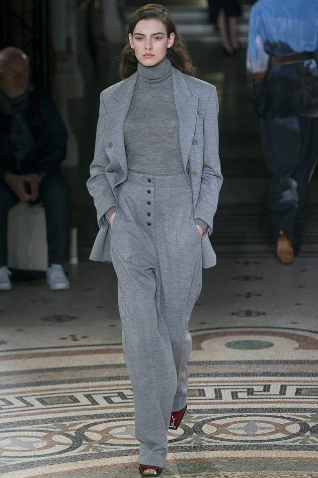 חליפת מכנסיים מחויטת של סטלה מקרטני ל׳אמור׳. צילום: Umberto Fratini