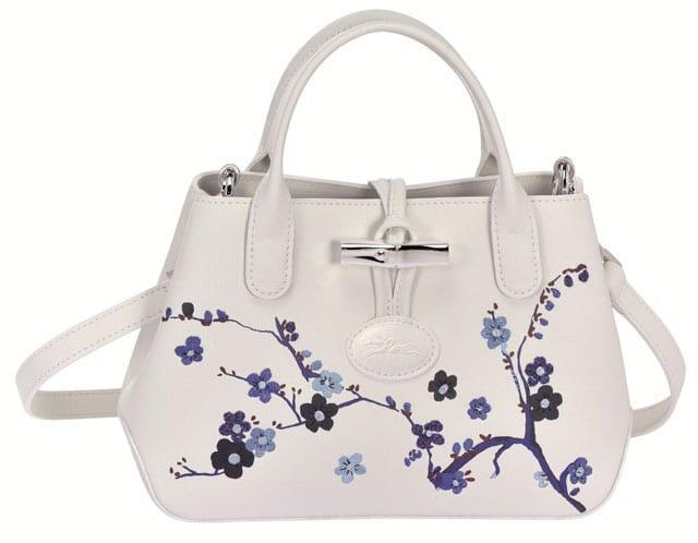 תיק לנשים של לונגשאמפ, תיק עור לבן שילוב פרחים, 2675 שקל. צילום: יחצ חול