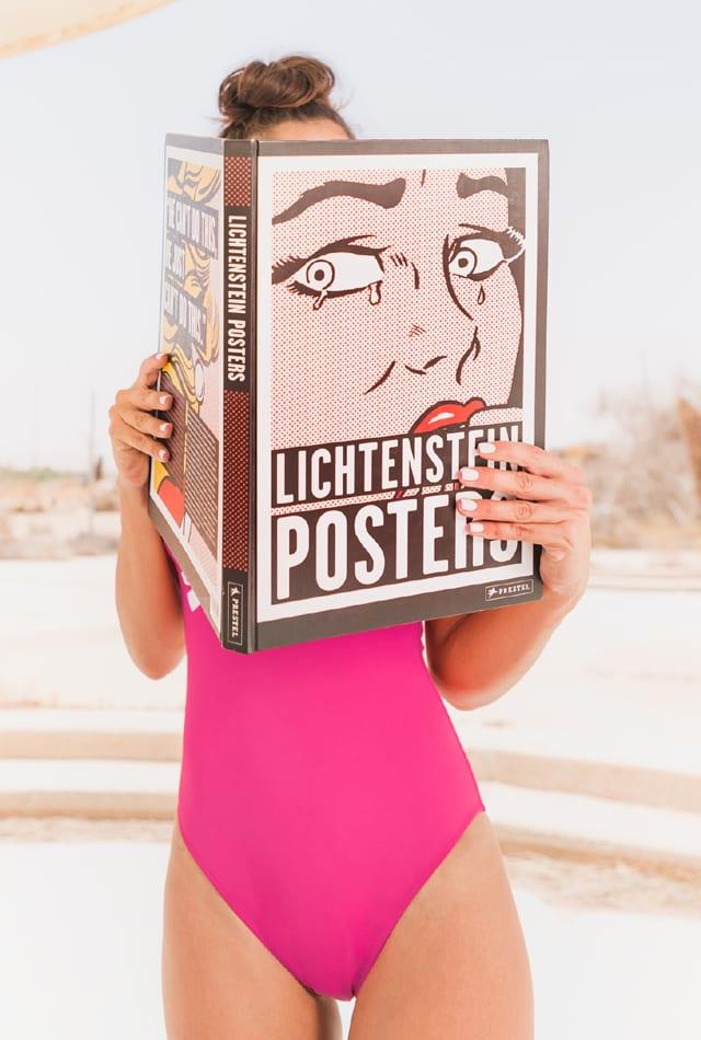 בצילום: בגד ים: טומי הילפיגר-אסוס, ספר: Lichtenstein Posters-אמזון