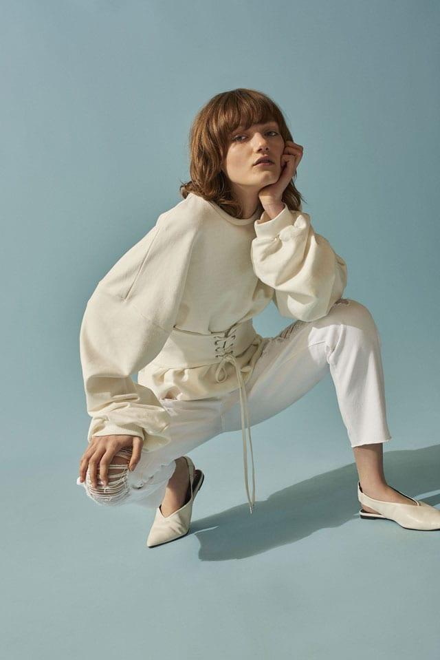 PULL ANDB BEAR. פוטר: 169.90 שקל. מכנסיים: 119.90 שקל. נעליים: 199 שקל. צילום: יח״צ חו״ל, efifo ,חולצה לבנה, נעליים לבנות של פול אנד בר, מכנסיים לבנים, PULL AND BEAR