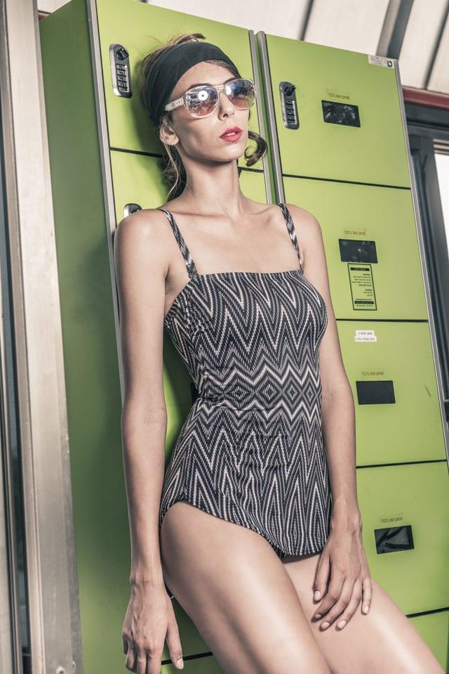 בתמונה: בגד ים: Gottex, משקפיים: Carolina Lemke, צעיף: No1