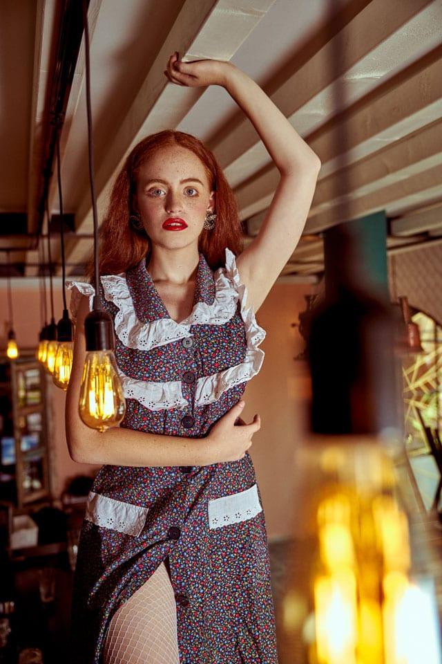 בצילום: שמלה ועגילים: וינטג', גרביוני רשת: אסוס