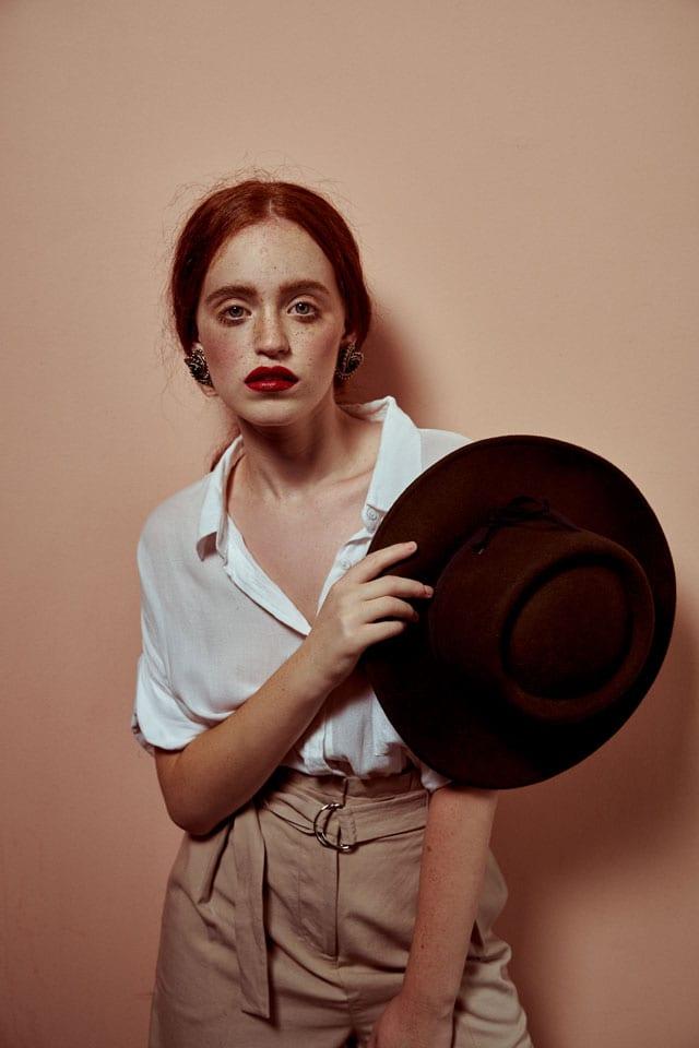 בצילום: כובע: פוראבר 21 , חולצה מכופתרת: אורבניקה, מכנסיים: וינטג'