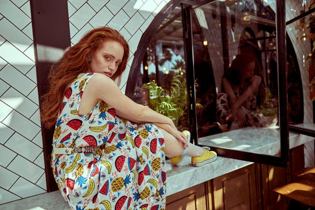 """בצילום: שמלה: """"בא מאהבה"""", חגורה: וינטג', גרביים: פול אנד בר, סניקרס: ואנס"""