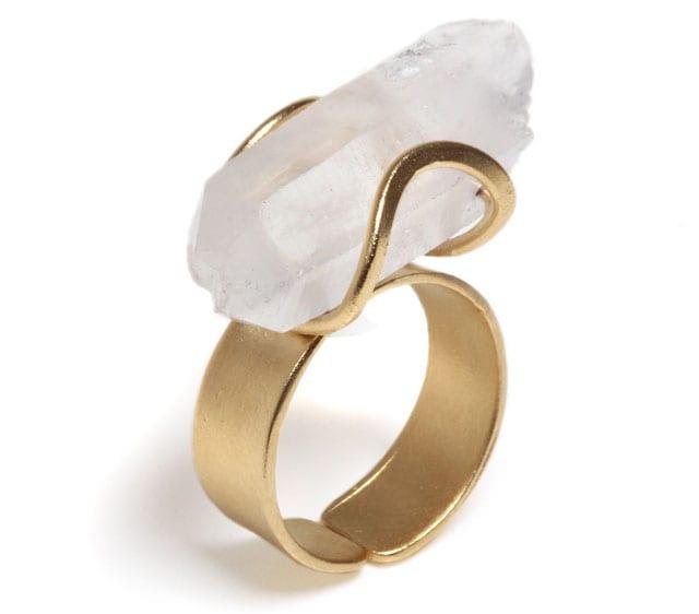 פזית קידר טבעת פאוור עם קריסטל טבעי בחביקת זהב פליז ציפי זהב 24קארט 279שח צילום יחצ