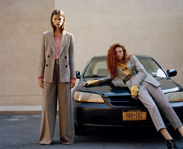 בצילום: חליפת מכנסיים מחויטת של פול אנד בר. צילום: יח״צ