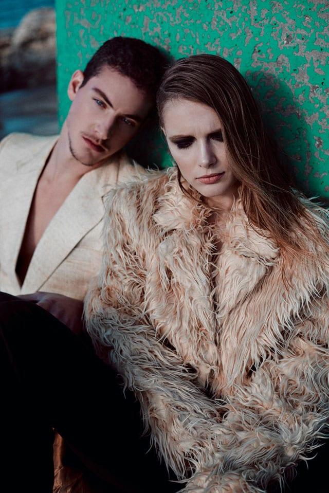 הוא: ז'קט-ליאת בינדר. היא: מעיל- דורין פרנקפורט, מכנסיים- h&m