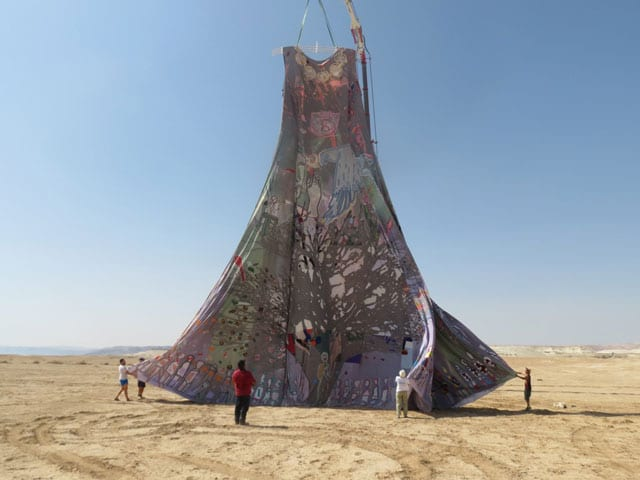 בצילום: השמלה הגדולה ביותר בעולם. ״נשים עושות שלום״. צילום: גלית אילוז