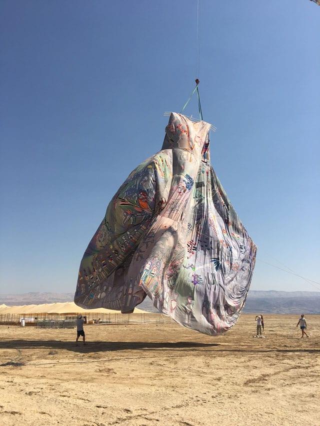 בצילום: השמלה הגדולה ביותר בעולם. ״נשים עושות שלום״. צילום: ענת נגב