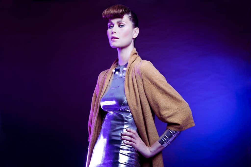 על רקע שמלה כסופה את יכולה להמשיך את המגמה ולהתהדר בשפתון מטאלי. איפור: ירין שחף. צילום: יח״צ