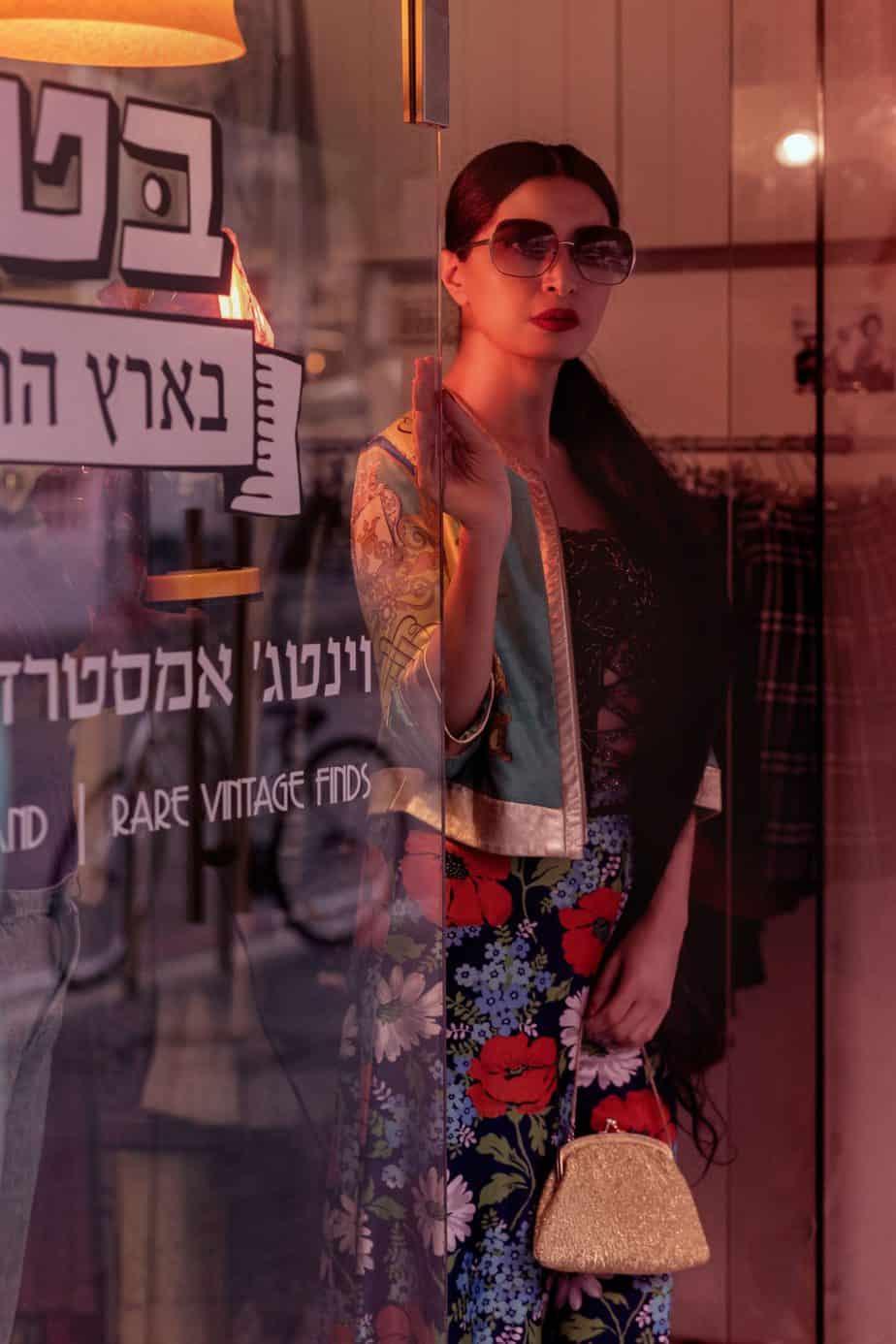 ג'קט עור, מחוך פאייטים, מכנסיים מתרחבים. שנות ה-70. בטי בארץ הוינטג׳. מאיה אושרי כהן. צילום: Gennadiy Tsodik