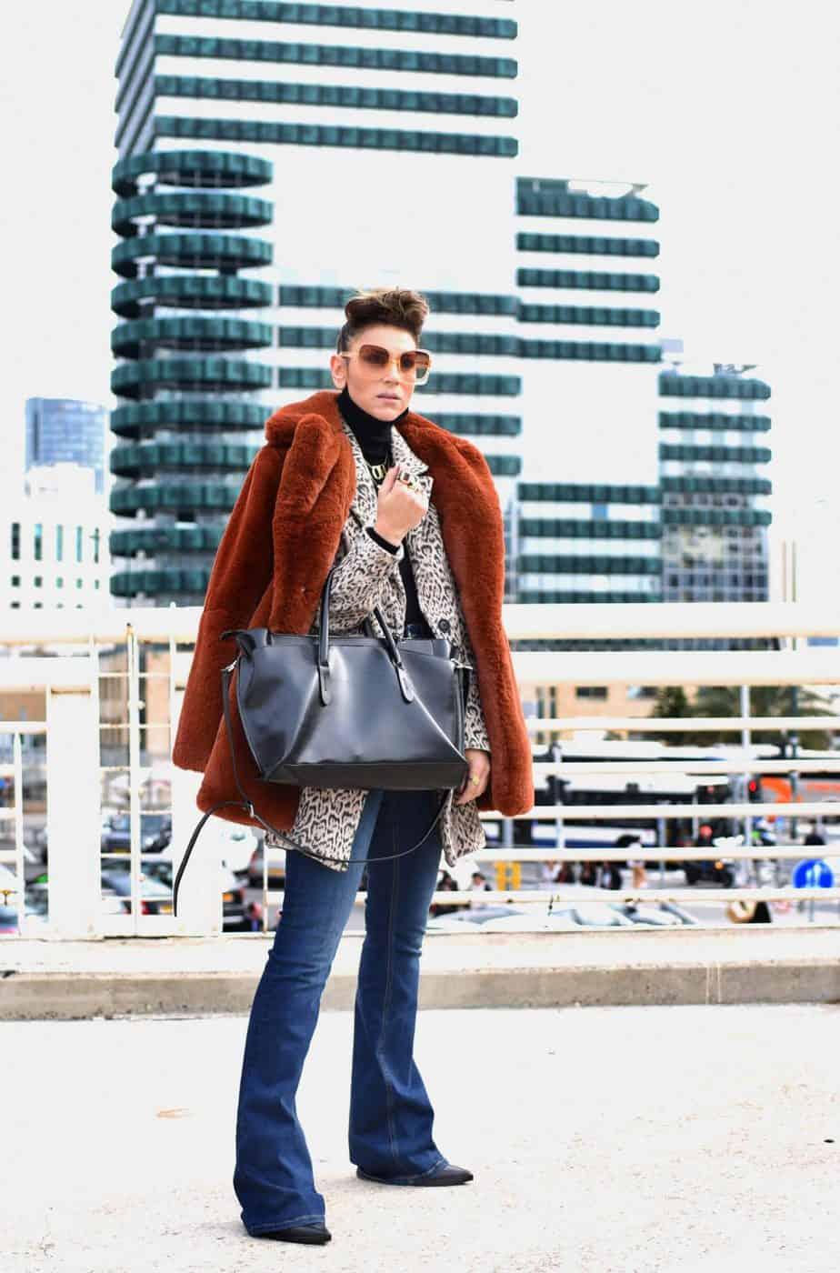 ג'ינס, גולף, מגפיים, תיק וטבעות: זארה | ז'קט מנומר ומעיל הפרווה (סינטטית כמובן) : ברשקה | משקפי שמש: private vintage collection |תכשיטים: שרשרת OH - @oro_wear_your_idea, שרשרת queenO – @jouloujewelry, שרשרת אותיות - @finem.jewelry. אורנה חיות. צילום: לימור יערי